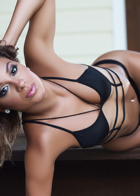 Sexy babe sheds her bikini