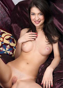 Naked babe Kiara - pillow palace