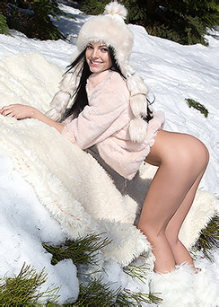Sapphira Shows Her Pussy In Snow