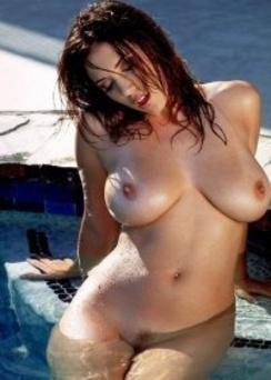 Jelena Jensen splashes her naturals...